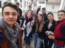 Elevii din Teius au sarbatorit Ziua Femeii oferind ghiocei pe strada