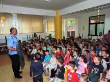 Jandarmii albaiulieni printre copiii Gradinitei Dumbrava Minunata