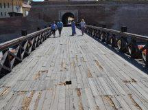 Pericole pentru turisti pe un pod de lemn din Cetatea Alba Carolina
