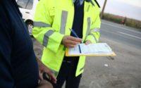 """""""Via?a are prioritate"""", un program al Politiei Rutiere Timisoara, pentru reducerea accidentelor. Luni seara un sofer oprit pentru depasirea vitezei si amendat cu doua puncte si 50 de lei. Sebastian T?taru"""