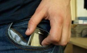 Abrud: A furat un telefon profitând de neatenţia proprietarului
