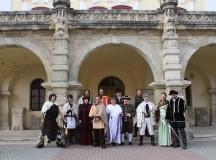 Personajele istorice de la Muzeul Unirii se plimbă prin Alba Iulia cu autobuzul etajat