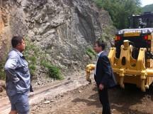 Au început lucrările de reparare a tronsonului de drum județean dintre localitatea Poiana Galdei și Tabăra Școlară Roica