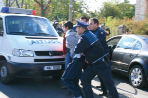 Poliţiştii din Cugir au prins în flagrant un tânăr de 24 de ani care, împreună cu un altul, a sustras cabluri electrice din incinta unei societăţi comerciale din oraş