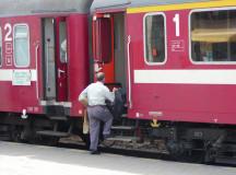 Circulaţie feroviară întreruptă din cauza unei maşini blocate pe calea ferată.