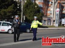 Foto: De 1 Martie, polițiștii de la Rutieră au împărțit mărțișoare în loc de amenzi doamnelor și domnișoarelor aflate în traffic