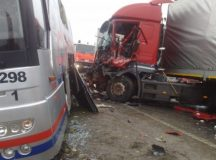 Un tir a lovit un autobuz langa Sintimbru: doua persoane au fost ranite