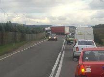 Un tir a blocat traficul intre Alba Iulia si Teius