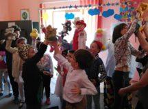 """Spectacol cu păpuşi pus în scenă de copiii de la Centrul Educaţional de Zi """"Sfântul Nicolae"""" din Alba Iulia"""