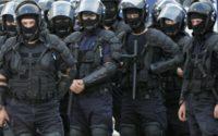 Un echipaj de jandarmi asigura paza la iesirea de pe autostrada Bucuresti - Pitesti, inaintea partidei Dinamo Bucuresti - Universitatea Craiova, din etapa a VI-a a Ligii I, sambata, 30 august 2008. Microbuzele cu care suporterii formatiei Universitatea Craiova se deplasau la Bucuresti, pentru a urmari partida cu Dinamo, au fost oprite de reprezentantii Jandarmeriei Romane la iesirea de pe autostrada Bucuresti - Pitesti. DARIUS MITRACHE / MEDIAFAX FOTO