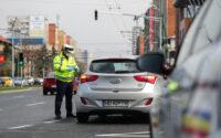 Politistii verifica documentele soferilor in timpul restrictiilor de circulatie impuse de starea de carantina declarata la nivel national, miercuri, 25 martie 2020, in Timisoara. DANI AMARIEI / MEDIAFAX FOTO