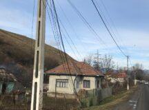 De o lună de zile, mai multe cabluri atârnă pe pământ la Șard! Nimănui nu-i pasă…