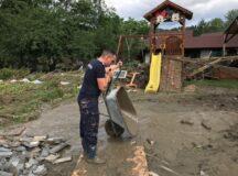Jandarmii în continuare alături de persoanele afectate de inundații
