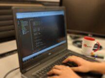 Tinerii cu probleme financiare din județul Alba, studenți la Universitatea Politehnica Timișoara, pot beneficia de laptopuri performante